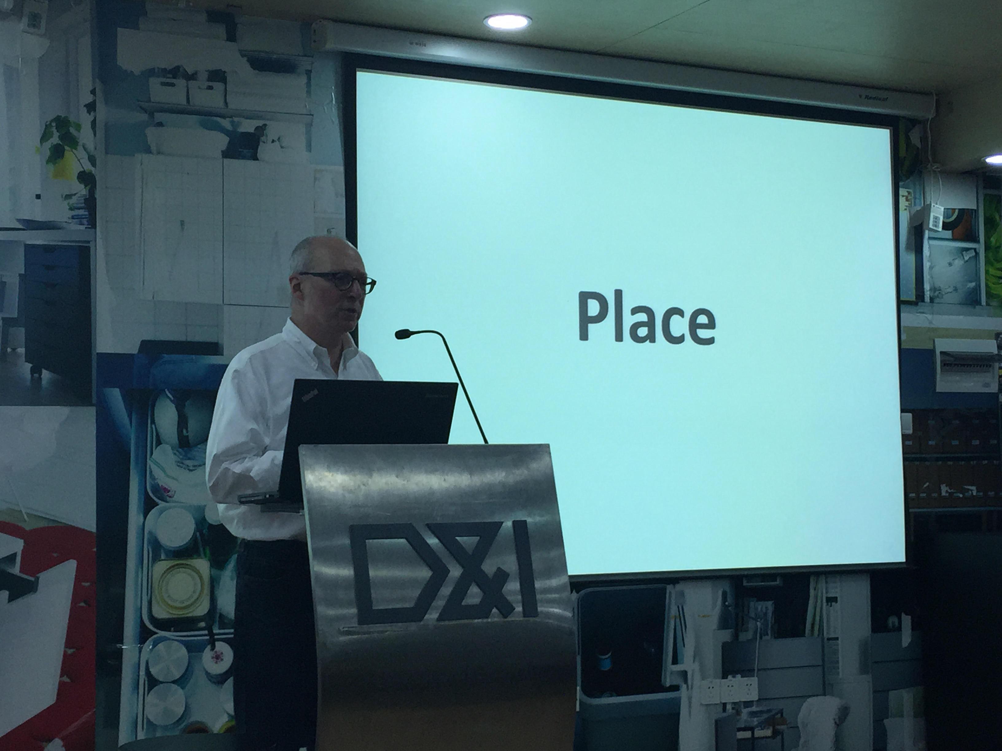 10月17日,由同济大学设计创意学院公共设计研究室发起的新 场 所论坛(NEW Place-making),邀请了多位国内外知名设计研究学者莅临演讲,以新为线索,共同探讨处于变革与更新中的场所营造研究与实践。嘉宾们通过相关设计案例,同听众分享了他们对于空间、场所、营造的独到见解。  设计创意学院的Ken Frideman教授从他对于空间场所的认识出发,分享了其在空间利用方面的经验。他以一段诗意的文字引出了本次论坛的主旨: We shall not cease from exploration and