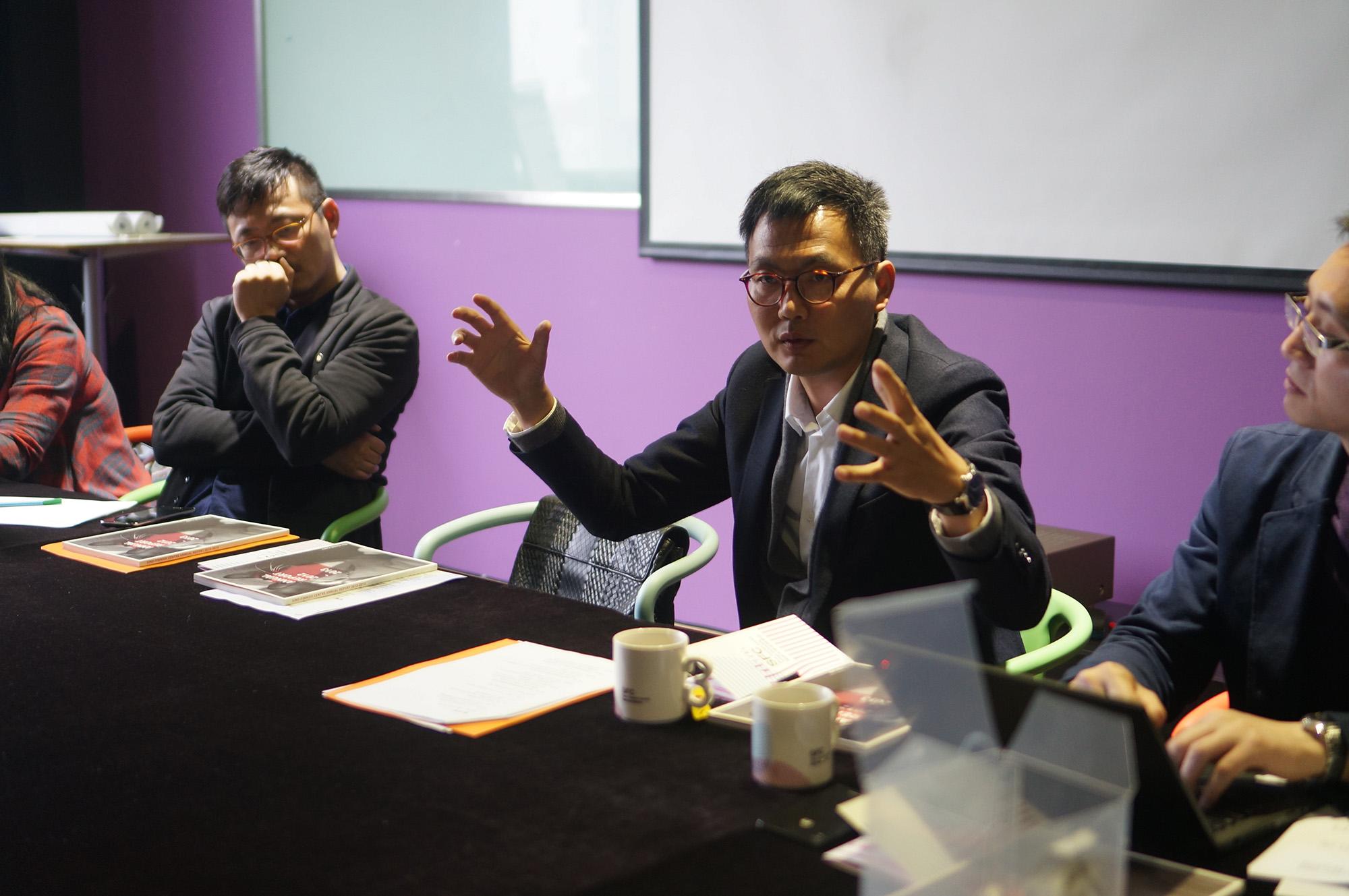 2014年4月12日,同济大学设计创意学院组织的产业转型和创新协同圆桌会议在同济大学中芬中心成功举行。来自政、产、学、研、媒各界的领导和专家针对中国产业转型与跨界的创新协同展开了卓越成效的讨论。 同济大学设计创意学院院长娄永琪首先进行了欢迎和开场,提出中国的产业往哪里走的命题。联想集团创意设计中心高级总监李凤朗分享了联想作为没有核心制造和技术的企业如何成为全球第一,设计需要转型和重新定义,对于产品原型需要有成功案例进行产业引导。沃尔沃汽车集团中国区研究部副总裁沈峰分享了沃尔沃的经验与瑞典和中国创新驱动模式