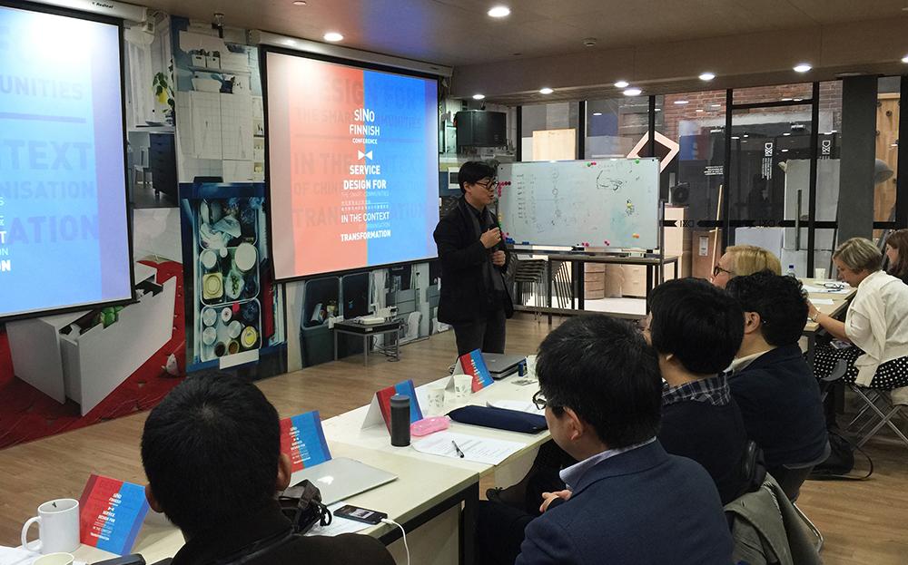 2014年11月25日中芬城市转型中的服务设计与智慧社区研讨会在设计创意学院成功举行。娄永琪院长致开幕词,他认为服务设计在中国的创新驱动发展,经济转型升级过程,不仅有助于推动发展以服务为特征的新经济、新模式、新业态;也将对中国的二次转型,即社会转型过程中各种关系的协调具有特别的意义。期待通过此次跨学科、跨文化的研讨会的思考碰撞,能更深入地推进设计创意学院和欧洲主要设计院校在服务设计的领域的教学、研究和实践的合作。 此次参加研讨会专家、学者、研究员包括:芬兰拉普兰大学设计学院Satu Mietti