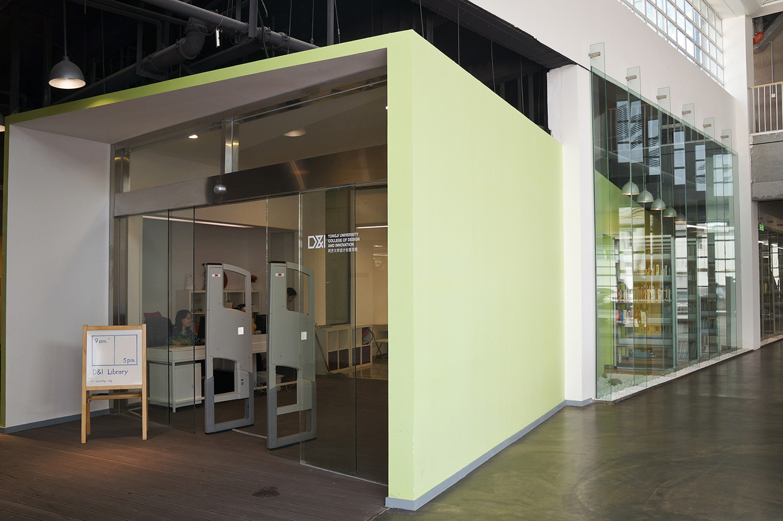 同济大学设计创意学院共有三座教学楼,总占地面积共计4742.5平米。三座大楼分别为IF楼、IT楼、IS楼,构成If it is(如果它是,(那么))充满无限想象空间的开放语句,与学院开放、实干、国际化的学院发展路线相呼应。 IF楼(全名Innovation Field),中文名为创意工场 ,简称工场。工场为全院师生提供自由创造和自主实践的开放平台,培养和提升学生对材料、结构、功能和过程等等的理解和运用能力。楼内三层设有多个实验室和实践基地,如一层的金工车间、木工车间、塑料车间、珠