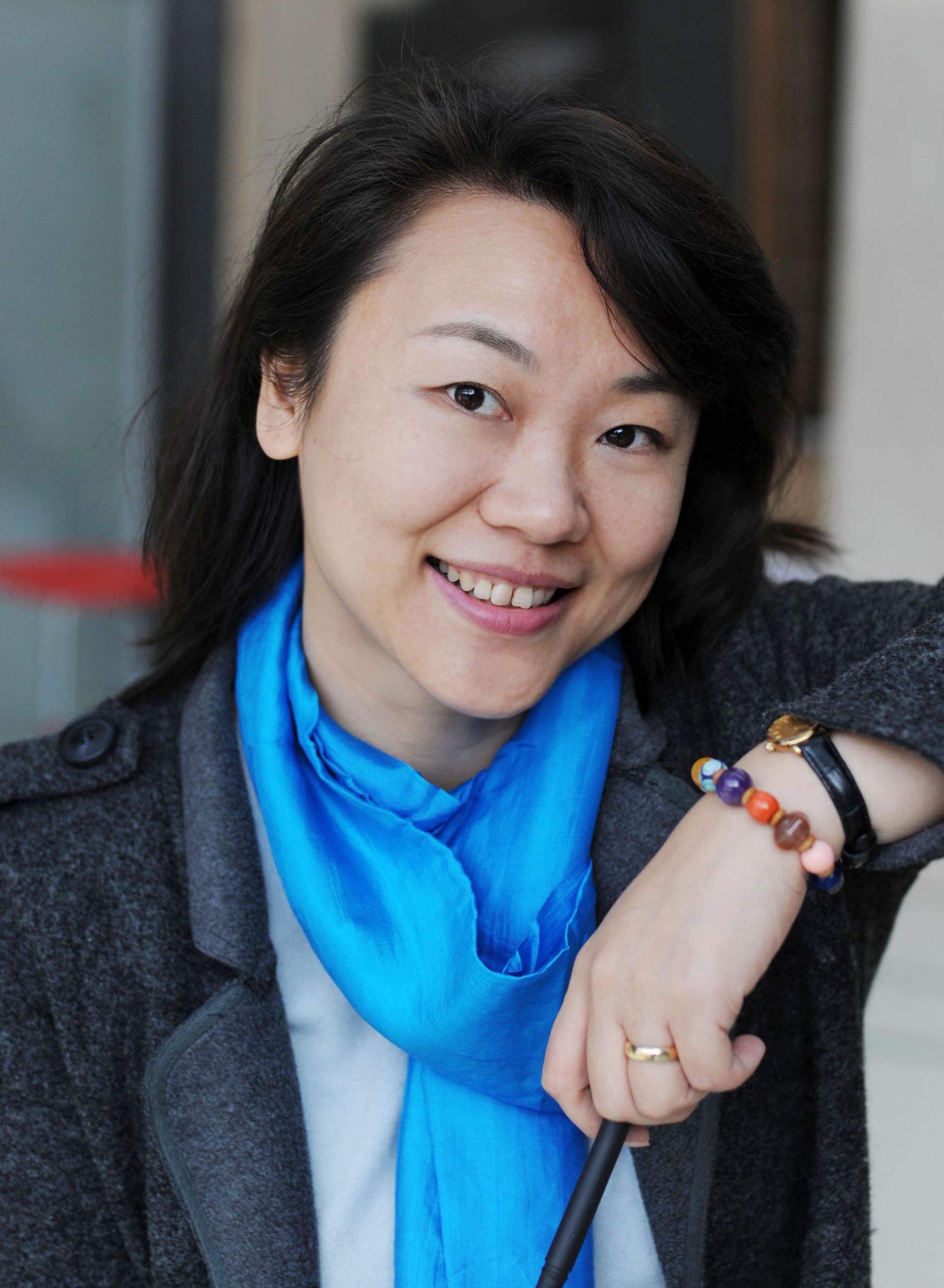 工学博士 讲师 学科发展研究中心主任 张雪青老师近年来致力于中国设计学科发展研究、设计基础教学研究与实践、设计与文化研究,尤其关注色彩与设计文化的关联。从事发展中的中国社会和文化背景下的艺术与设计文献相关课题研究。参与上海市设计学高峰学科建设以及建设国际设计创新学院的政策研究。同时,作为平面设计师和环境色彩设计师主持和参与多项设计实践项目。 研究方向 艺术与设计文化研究、设计学科发展研究、设计基础教学研究、色彩设计与研究 主讲课程 本科:《视觉形态创造学》、《设计思维与表达》、《设计基础1-素描》、《设计